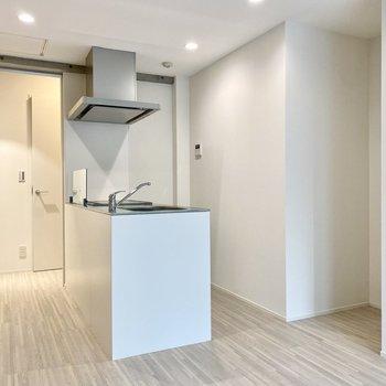【LDK】キッチンは対面式。右のくぼみに冷蔵庫置き場がありますね。