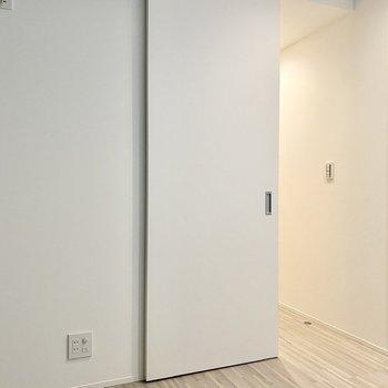 【洋室】寝室にするのにちょうど良さそうなスペースですね。