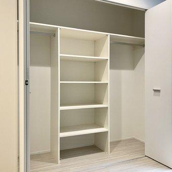 【洋室】ラックの両側にポールがありますね。空間を余さず使えそうです。