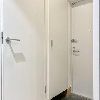 玄関はシンプルな造りですね。