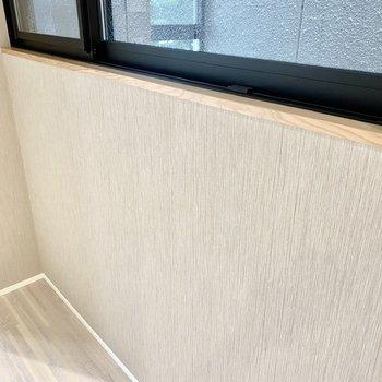 【LDK・ディティール】窓下部にちらりと使われた木材。ワンポイントな可愛さですね。
