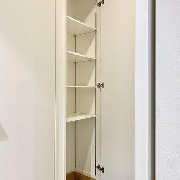 シューズボックス。底板の高さを変えれば靴以外のものも収納できそうですよ。