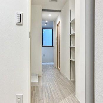 脱衣所を通って洋室へ。壁の両側にラックが見えますね。