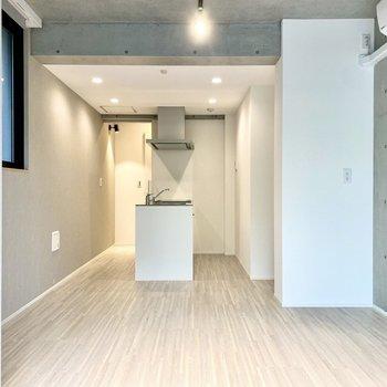 【LDK】キッチン周りはダウンライトに照らされ、はっきりとした明るさ。