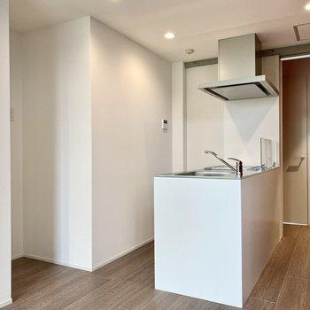 【LDK】キッチンは対面式。左のくぼみに冷蔵庫置き場がありますね。