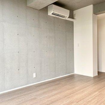 【LDK】こちらの壁はコンクリート打ちっ放しで、クールな印象。
