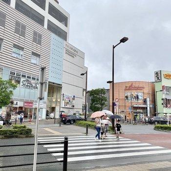駅前。大きな商業施設や飲食店が並びます。