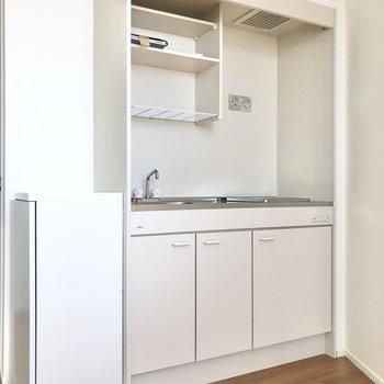 コンパクトなキッチンです。冷蔵庫は洗濯機の左横に置くとよさそう。