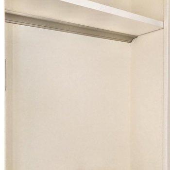 トイレの上にも棚がありますね。※写真は通電前のものです