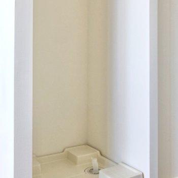 洗濯機置き場は玄関左横にあります。※写真は3階の同間取り別部屋のものです