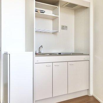 コンパクトなキッチンです。冷蔵庫は洗濯機の左横に置くとよさそう。※写真は3階の同間取り別部屋のものです