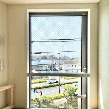 こちらの窓にはロールスクリーンなどを付けるとよさそう。※写真は3階の同間取り別部屋のものです