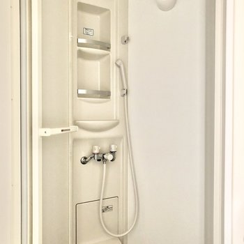 浴槽はなく、トイレから続く形でシャワールームがあります。※写真は3階の同間取り別部屋のものです
