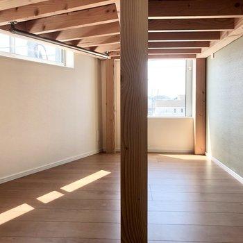 ロフトの下にはハンガーパイプがついています。こちらも高さと窓があって閉塞感がありません。※写真は3階の同間取り別部屋のものです