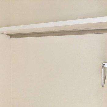 棚とタオル掛けも付いています。※写真は3階の同間取り別部屋のものです
