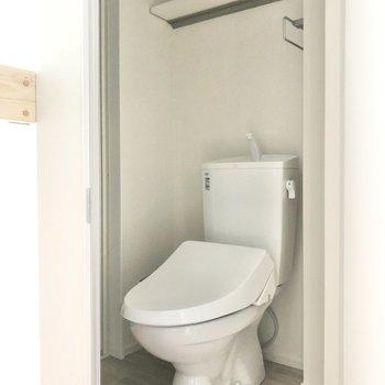 トイレは温水洗浄便座付きです。※写真は3階の同間取り別部屋のものです