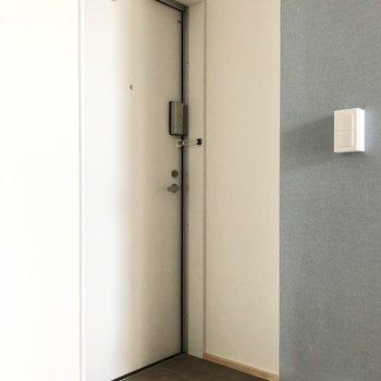玄関は小さめ。脱いだ靴はすぐしまいましょう。※写真は3階の同間取り別部屋のものです