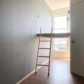 ちょっとわかりにくいですが、爽やかなブルーのアクセントクロスが施されています。※写真は3階の同間取り別部屋のものです
