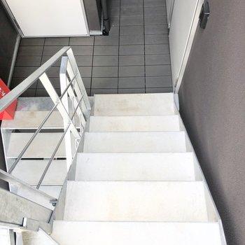 お部屋まではスタイリッシュな階段を上って。