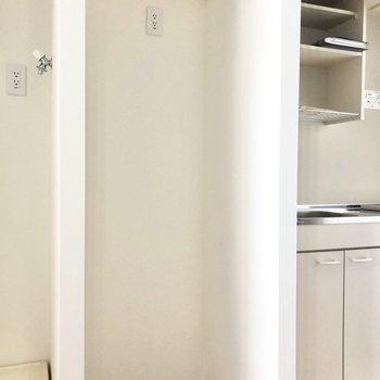 キッチン左横には冷蔵庫を置くスペースもあります。※写真は3階の同間取り別部屋のものです