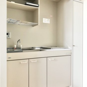 コンパクトなキッチンです。※写真は3階の同間取り別部屋のものです