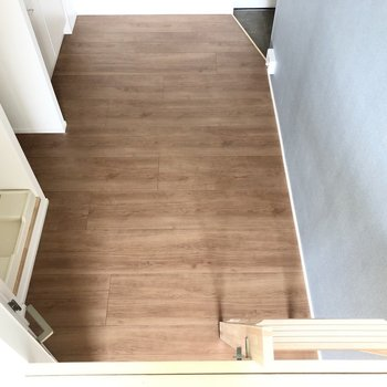 ロフトから見た居室です。こちらの写真の方がクロスの色がわかりやすいかな。※写真は3階の同間取り別部屋のものです