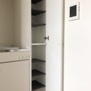段の高さが変えられるシューズボックス。※写真は3階の同間取り別部屋のものです