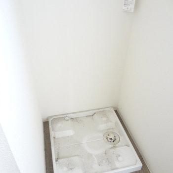 洗濯機置き場は室内です。※写真はクリーニング前です。