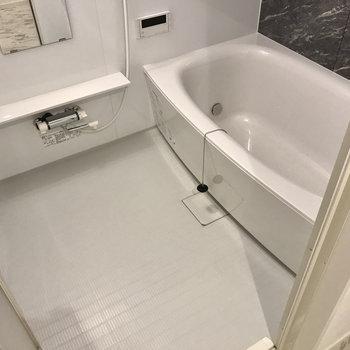 お風呂は足が伸ばせるくらいゆったり。追焚・浴室乾燥機付き♩(※写真は5階の同間取り別部屋のものです)