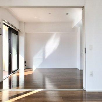 晴れた日は窓から心地いい光が差し込みます…!(※写真は5階の同間取り別部屋のものです)