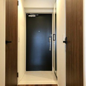 スマートな玄関はダブルロックでさらに安心(※写真は5階の同間取り別部屋のものです)