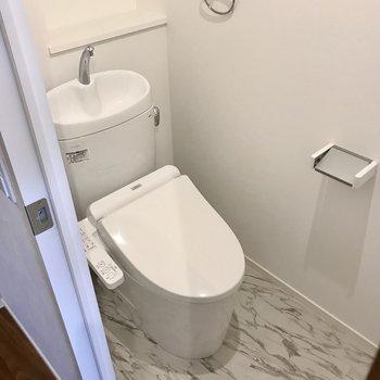 トイレは玄関側に。さらに上にも棚がありました(※写真は5階の同間取り別部屋のものです)