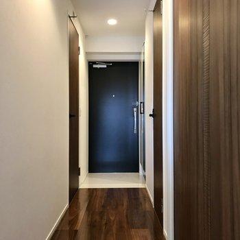 続いて廊下へ。右手前の扉を開けてみましょう(※写真は5階の同間取り別部屋のものです)