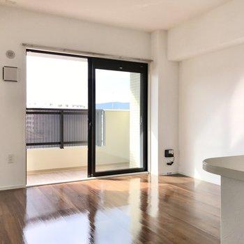 リビングはキッチンも入れて11.7帖。明るい空間です(※写真は5階の同間取り別部屋のものです)