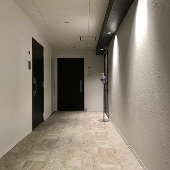 共用部もスタイリッシュな雰囲気。左側のお部屋ですよ