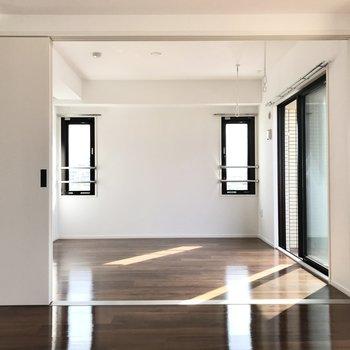 リビング横には6.5帖の洋室(※写真は5階の同間取り別部屋のものです)