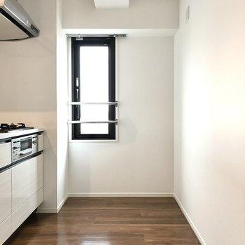 キッチン横にも窓があって料理のにおいも気になりません(※写真は5階の同間取り別部屋のものです)