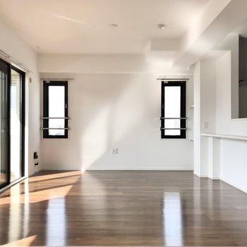 窓が多いっていいなぁ。風通しもいいですよ!(※写真は5階の同間取り別部屋のものです)