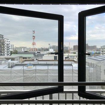 この窓がなんだか素敵!