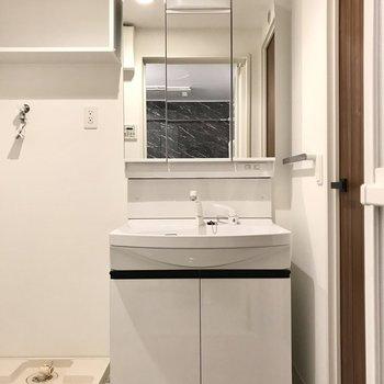 スタイリッシュな洗面台。3面鏡の裏は収納ですよ!