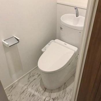 トイレは玄関横に。ウォシュレット付き◯(※写真は5階の同間取り別部屋のものです)
