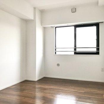 こちらの洋室は7.1帖。夫婦の寝室にぴったり!(※写真は5階の同間取り別部屋のものです)