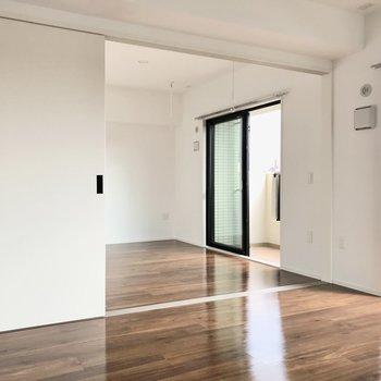 リビング横には5.6帖の洋室(※写真は5階の同間取り別部屋のものです)