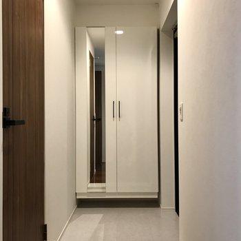 玄関は廊下から見えにくい作り(※写真は5階の同間取り別部屋のものです)
