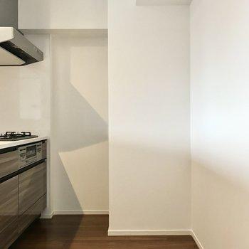 キッチン後ろは冷蔵庫を置けるくらいゆったり(※写真は5階の同間取り別部屋のものです)