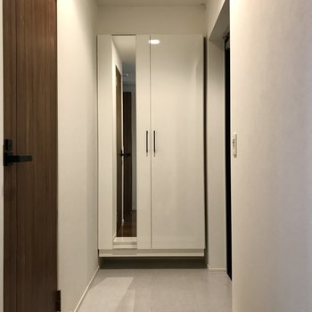 玄関は廊下から見えにくい作り