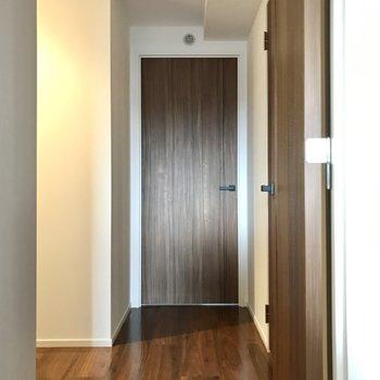 廊下を通って3部屋目の洋室へ。まっすぐ突き当たりです!