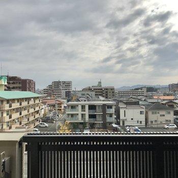 目の前にはちらりと大通りが見えました。窓を閉めると生活に馴染むくらいの音ですよ!