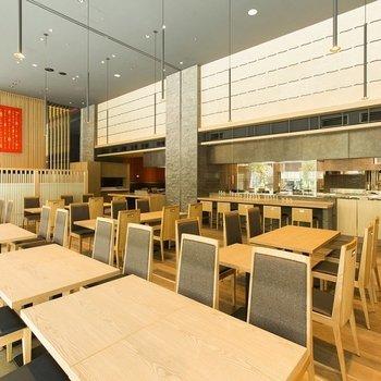 レストランも併設しています。現在朝食営業は休止中で、ディナータイムのみ時短営業中です。