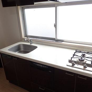 キッチンは調理スペースがたっぷり。自然光の中でるんるんお料理を!